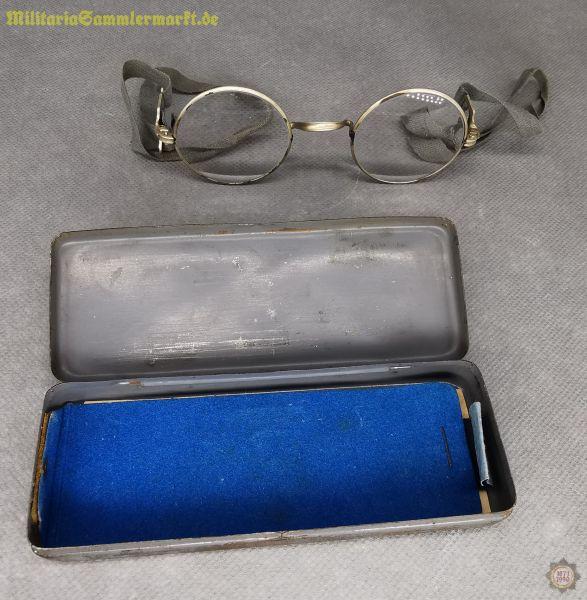 Masken-Brille mit Blechschachtel und Rezept